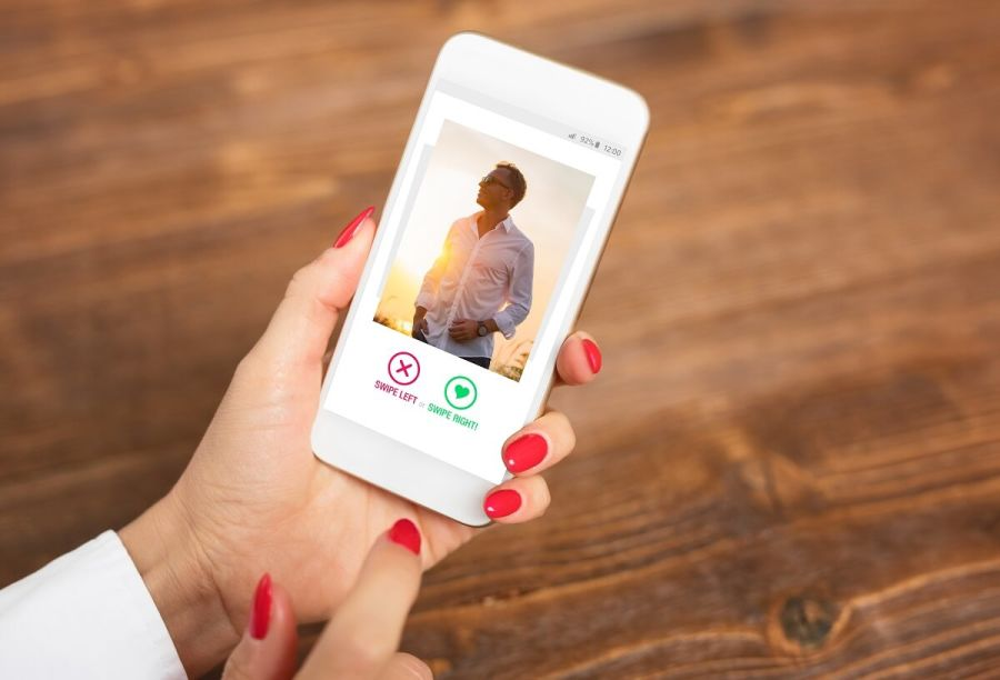 woman-using-dating-apps-se